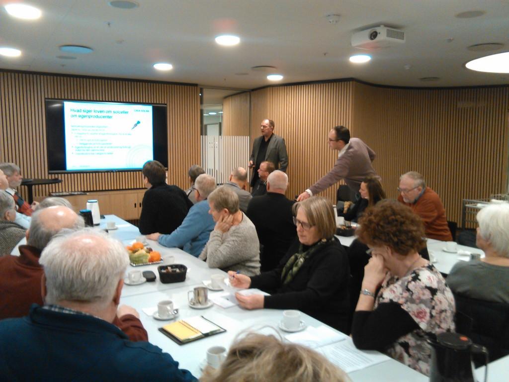 Her et udsnit af deltagerne med foredragsholderen Peter Terman Petersen i baggrunden.