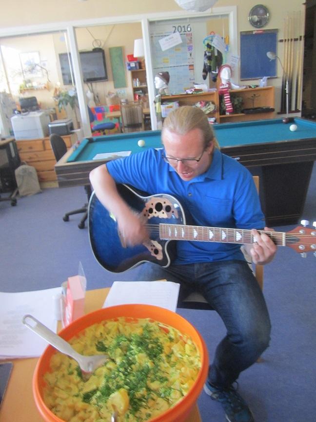David åbnede som sædvanlig med en sang - denne gang på engelsk.