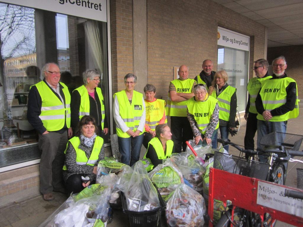 Her ses hovedparten af deltagerne i Ren By-aktionerne i forbindelse med den årlige julefrokost. Affaldet der er samlet i oplandet til Høje Taastrup Station sørgede kommunens driftby efterfølgende for blev afhentet.