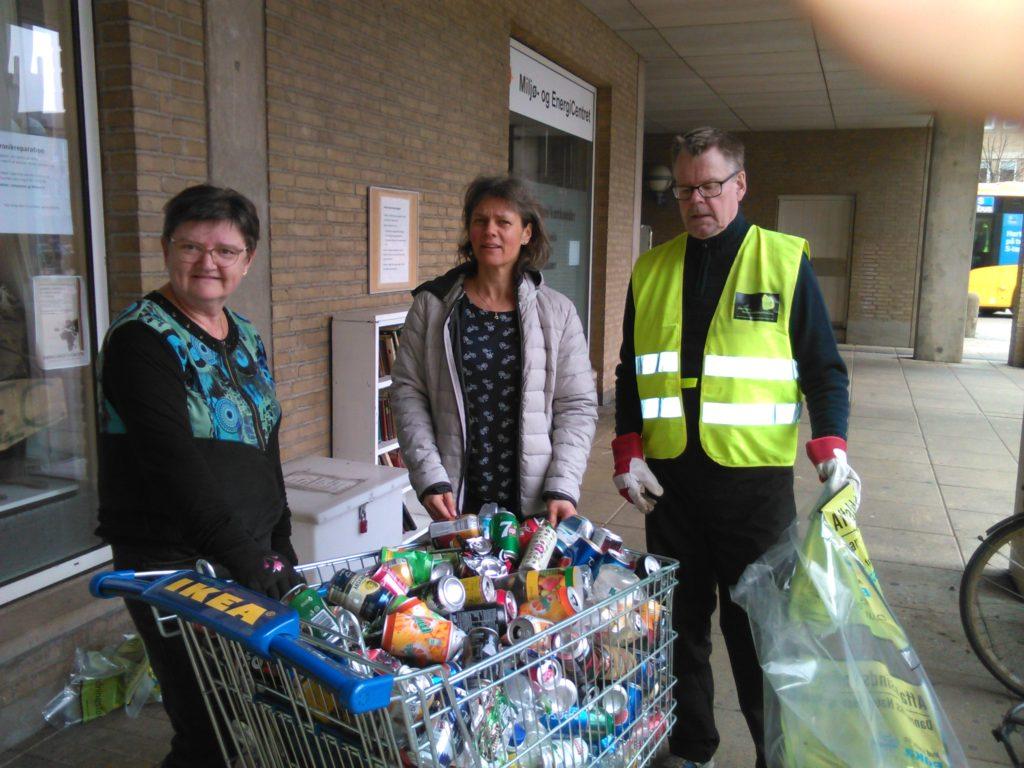 Karen, Christina og Uffe sammen med nogle af de voldsomt mange dåser vi fandt.